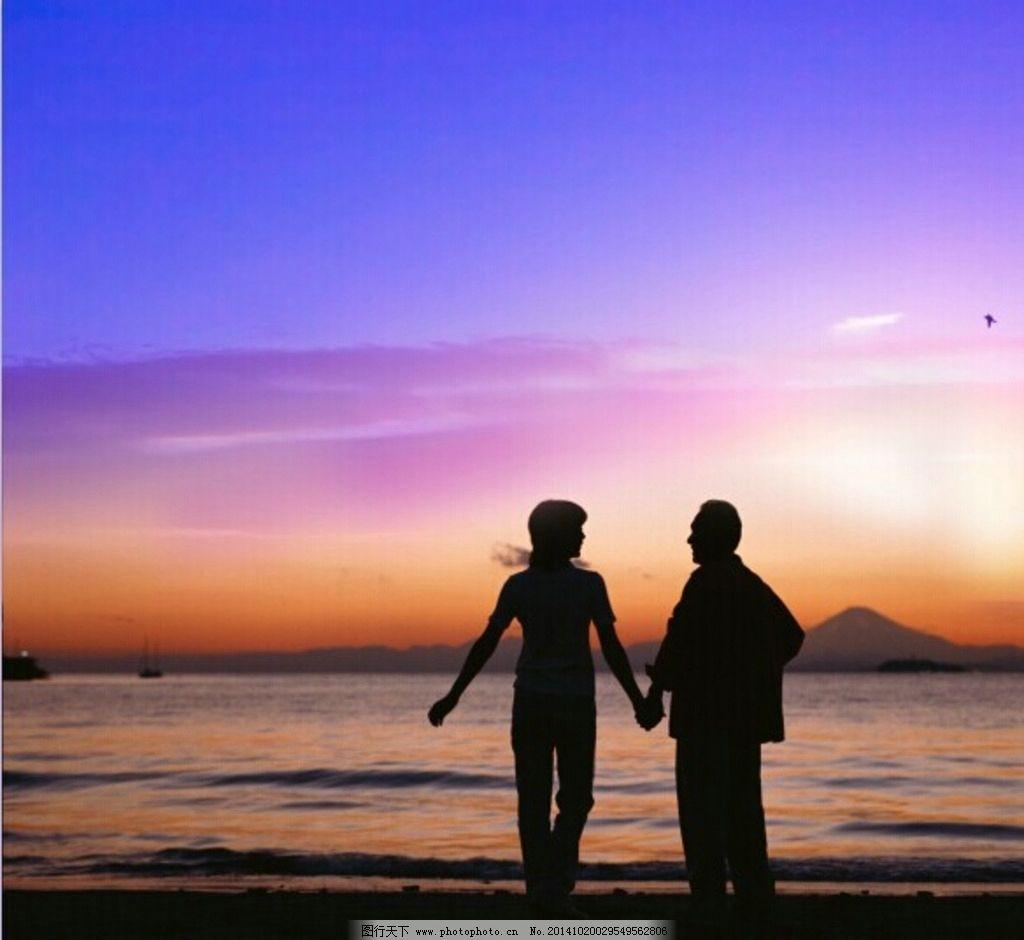 夕阳 背景 海边 牵手背影