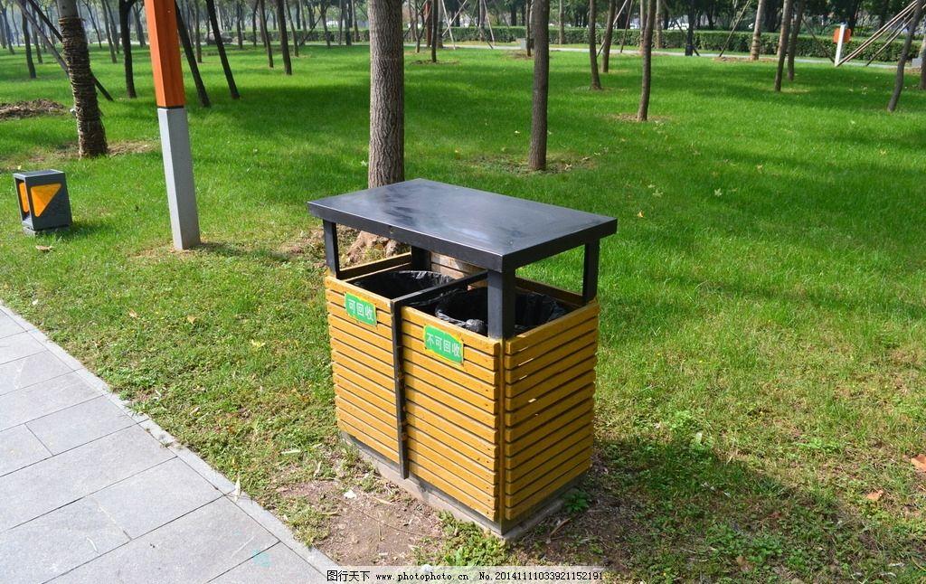 垃圾桶 公共设施 公园 公园一角 草坪 木质垃圾桶 公园垃圾桶