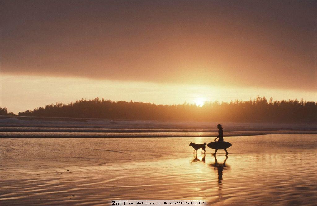海边 夕阳 放松 剪影 逆光 男人 男性 海岸 阳光 滑板 狗