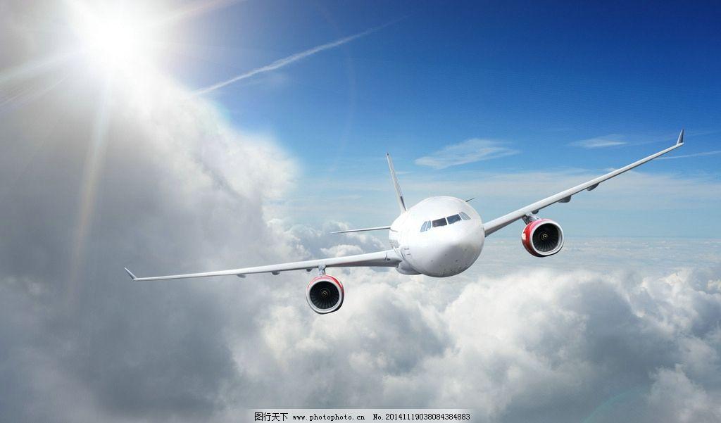 翱翔在天空中的飞机图片