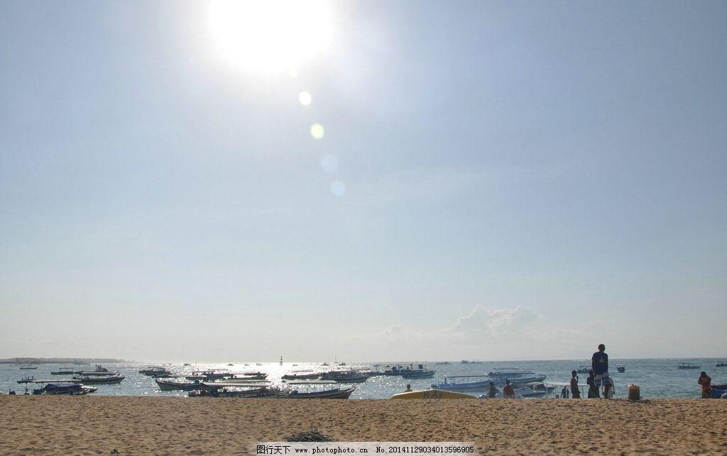 阳光下的海滩图片