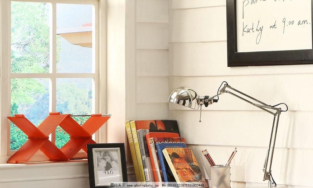 书桌 桌面特写 摆设 个性 台灯 相框 书 窗户 室内空间 书房 写字桌